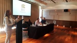La Defensora del Pueblo de Bariloche exponiendo en la Audiencia Pública por la revisión de tarifa para la provisión de servicio de desagues cloacales