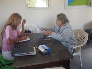La Defensora del Pueblo de Bariloche, Dra. Beatriz Oñate, atendiendo inquietudes de vecinos de Las Victorias