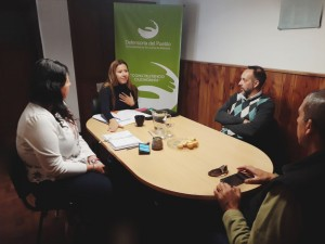 La Defensora del Pueblo de Bariloche, Dra. Beatriz Oñate,reunida con el secretario de Desarrollo Urbano de la Municipalidad, Pablo Bullaude, el Jefe de Redes de Saneamiento de la CEB, Jorge Mogensen, y la Asesora del Área de Prensa de la CEB, Mariana Criado.
